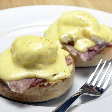 Healthy Recipes: Low Calorie Eggs Benedict with Hollandaise Sauce